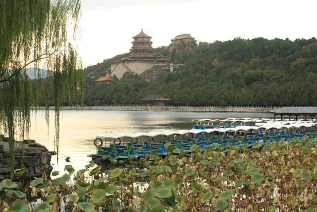 Tour Boats Along the Shores of Kunming Lake 昆明湖