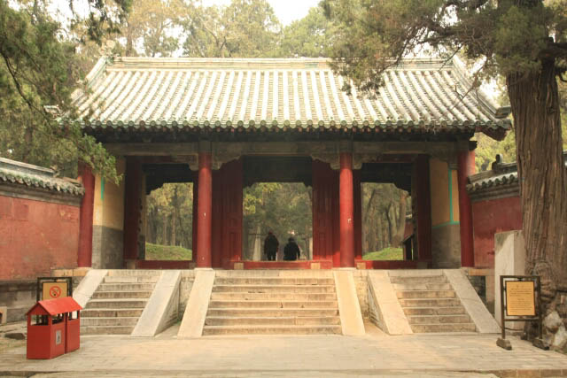 Tomb Gate at the Confucius Forest 孔林