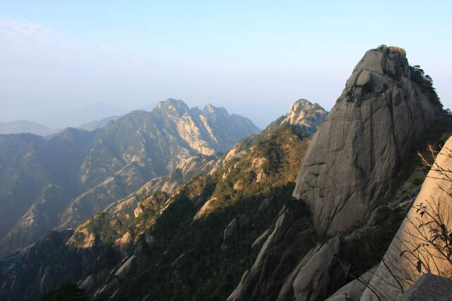 A Glimpse of the Mountain Scenery in Huangshan 黄山
