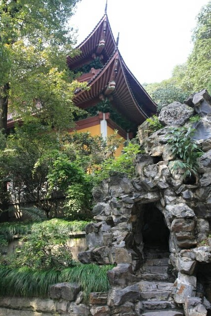 Small Cave at the Base of the Huayan Hall 华严殿