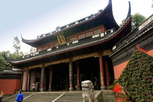 Approaching the Yue Fei Mausoleum 岳飞墓
