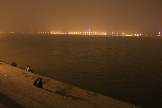 A Look at the Dark Songhua River 松花江 at Night