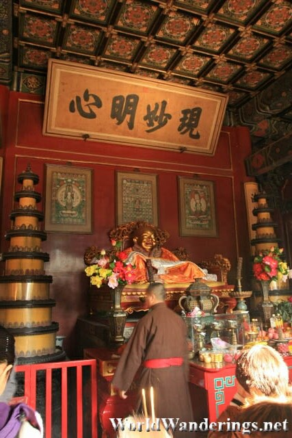 Monks Praying at the Hall of Heavenly Kings in the Beijing Lama Temple 雍和宫