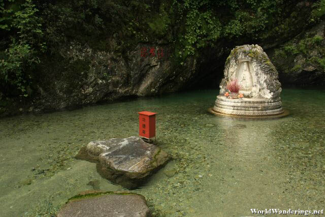 Small Altar in a Pool at Cang Mountain 苍山